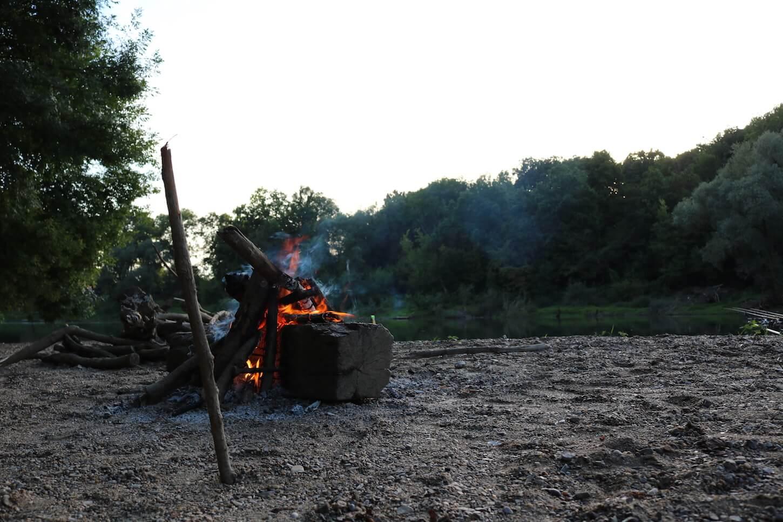 Lagerfeuer am Fluss Kupa